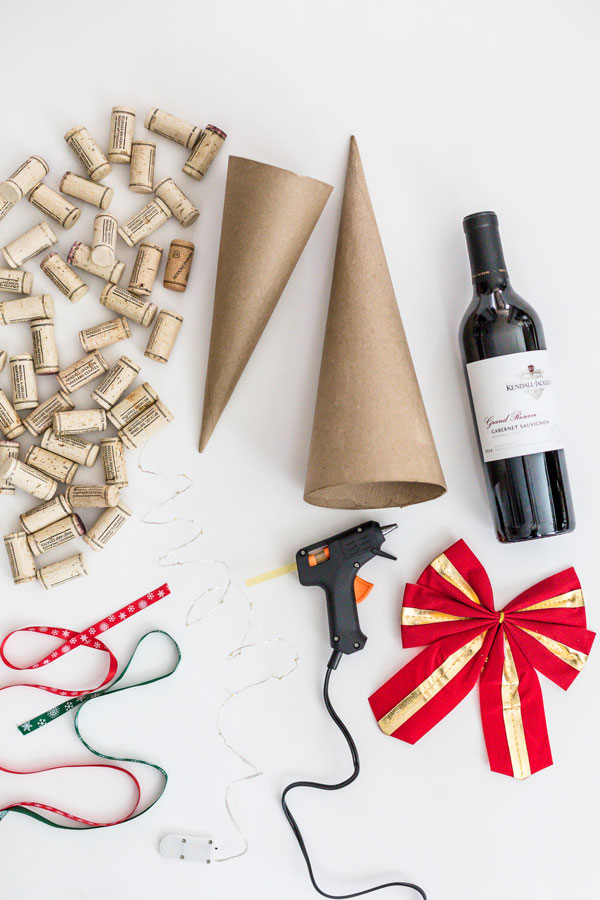 Looking for a fun holiday DIY project that will put all of those extra corks you've been saving to good use? Try making this DIY Wine Cork Christmas Tree.