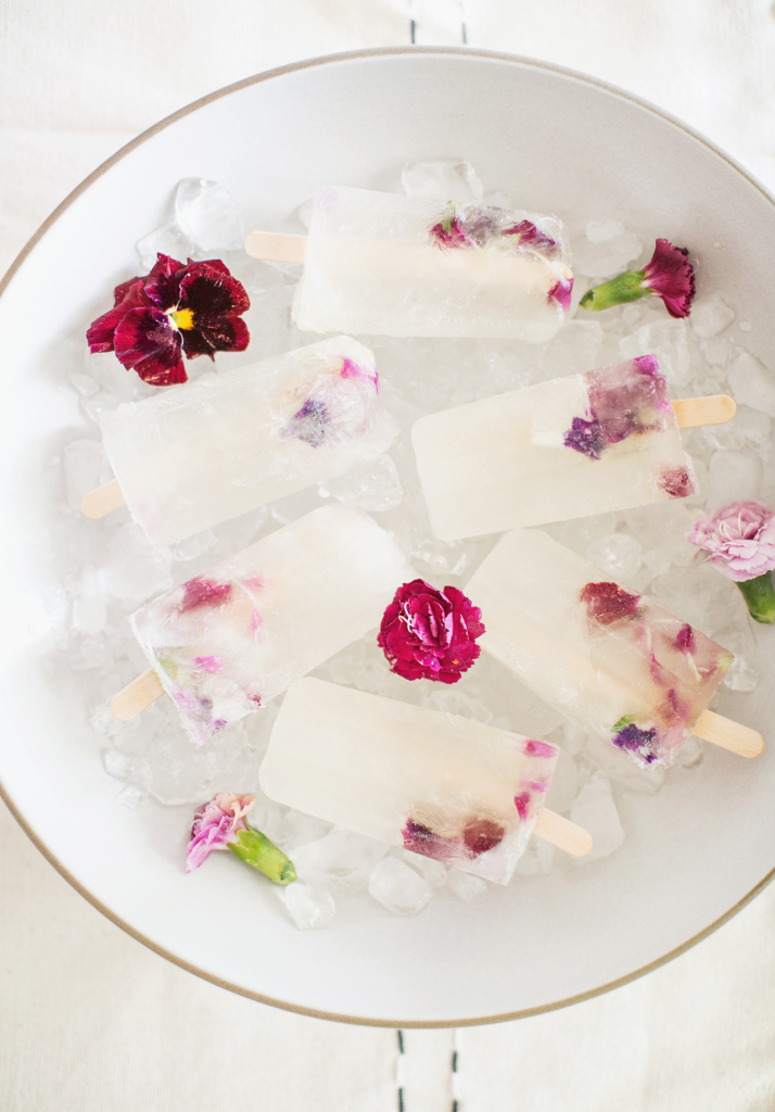 Make these Kendall-Jackson Pinot Gris Winesicles with Edible Flowers — perfect for a hot spring or summer day! #DIY