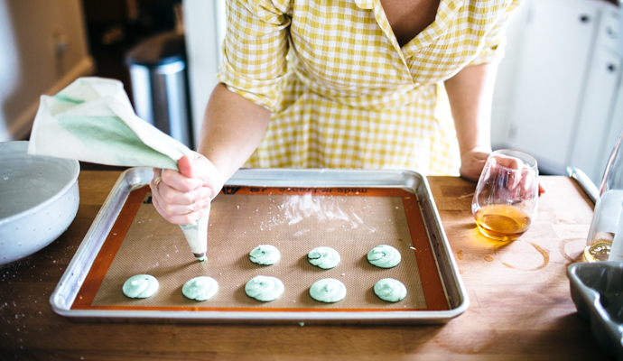 Making your own macarons can be a bit of work, but when you're doing it with friends, it truly is a party. #recipe