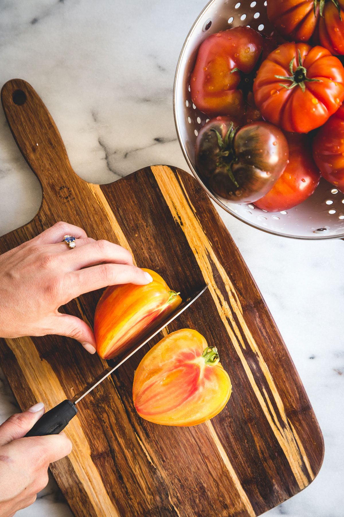 To highlight the heirloom tomato and let it speak for itself, we want to share this stunning heirloom tomato & mozzarella salad recipe with you! This bright summer salad is perfect for outdoor barbecues, a date night in or with a nice side of grilled beef.