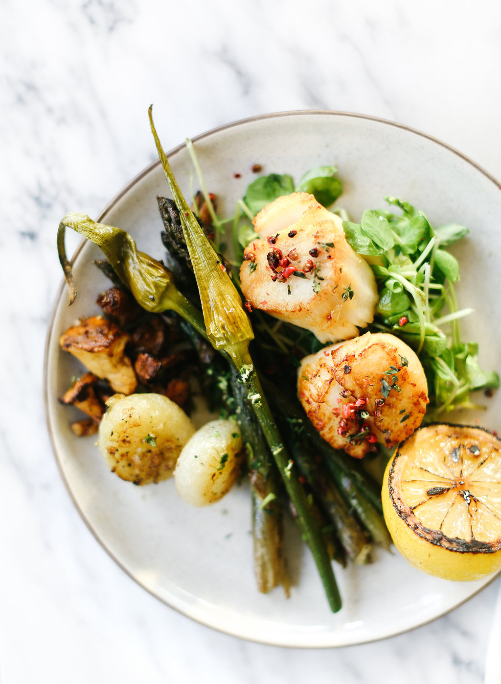 Less than an hour and you've got yourself a delicious pan-seared scallops meal that is perfect for a date-night on the patio, dinner with friends, or just a fun way to spice up your daily dinner.