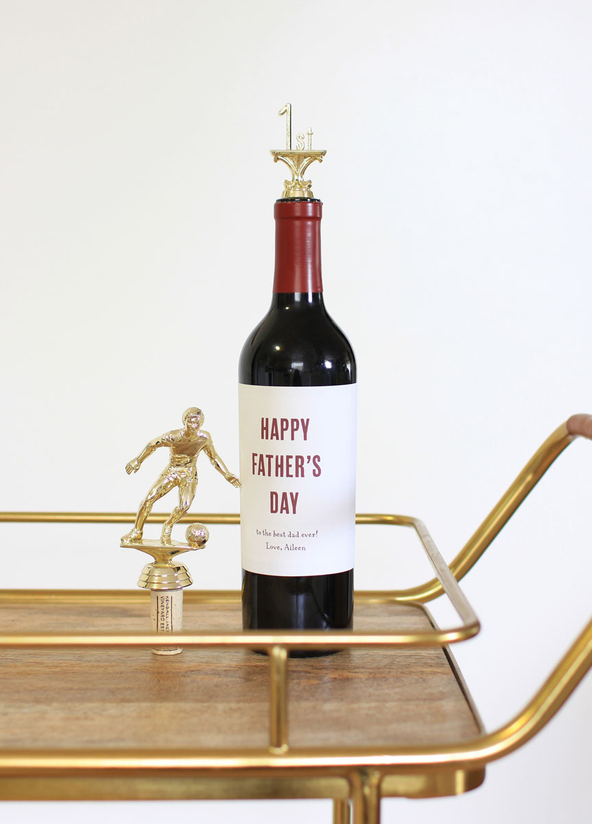 Have you found your dad a gift yet? If not, we have an easy, last-minute idea for you: #DIY Father's Day Trophy Wine Stoppers.