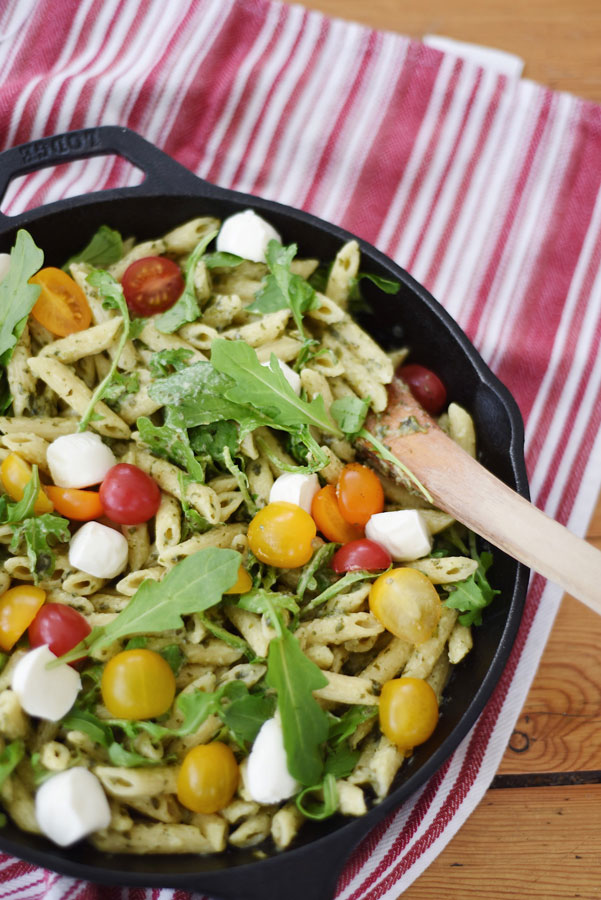 Searching for an easy weeknight meal that is equal parts healthy, deliciousand time effective? Then this easy caprese pasta salad will absolutely blow your mind!