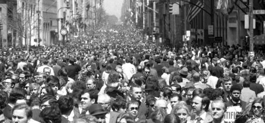 12:30 p.m. Earth Day. One half-hour after moratorium on car engines, Fifth Ave. is mobbed. Photo: New York Daily News / Frank Castoral