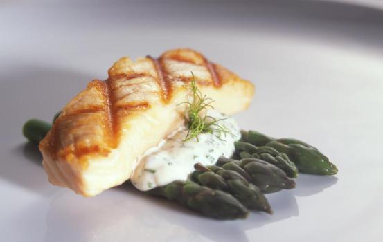 Grilled Salmon Filet with Asparagus & Béarnaise Aioli